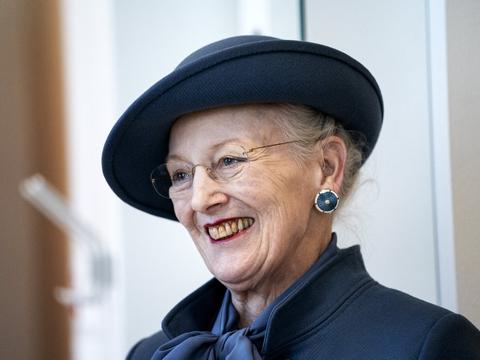 På grund af coronasituationen i Danmark beder dronning Margrethe om ikke at få blomster tilsendt, når hun fylder 80 år 16. april. I stedet bør folk sende blomster til ældre, der har det svært for tiden, mener hun.