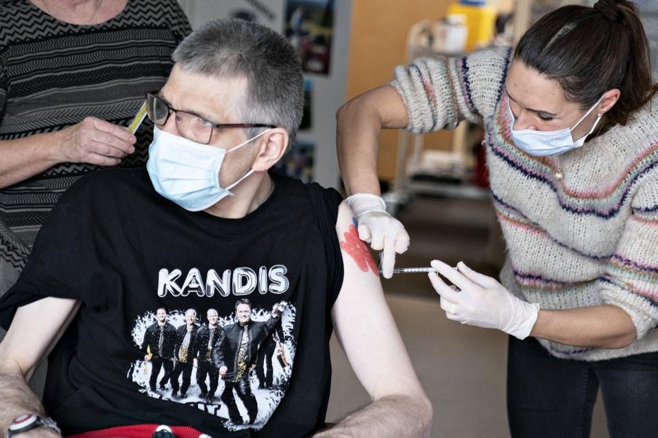 Her bliver Henrik Brian Ditlevsen vaccineret på botilbuddet Aage Holmsvej i Hjørring. Fremad bliver det lettere at bestille tid til vaccination, oplyser Danske Regioner. (Arkivfoto)