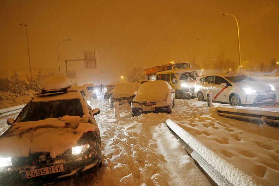 Tusinder af bilister sidder fast på vejene på tværs af Spanien.