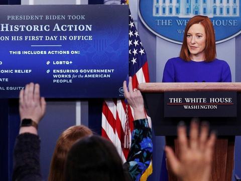 """Jen Psaki rundede sit første pressemøde som Bidens nye talsperson af med at sige """"vi ses i morgen"""" til de fremmødte journalister."""