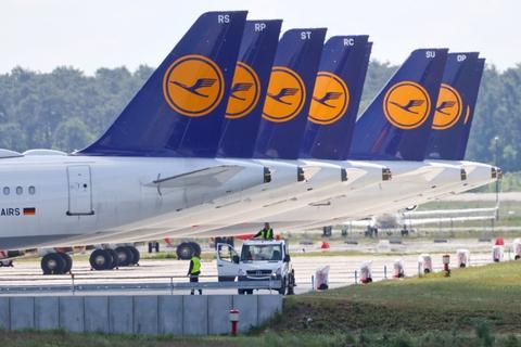 Lufthansas fly holder på jorden i stedet for at tjene penge til det trængte tyske luftfartsselskab, der blødte cirka 16 milliarder kroner i første kvartal. (Arkivfoto)