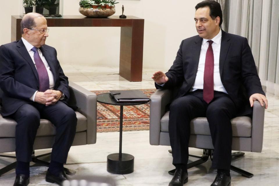 Libanons premierminister, Hassan Diab (til højre), blev udpeget som afløser for Saad Hariri.