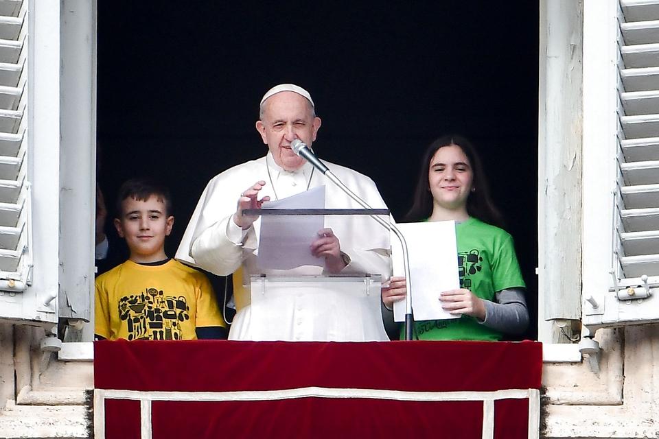 Pave Frans taler til tilhørere akkompagneret af børn fra Catholic Action den 26. januar. (Foto: Vincenzo Pinto/AFP/Ritzau Scanpix)