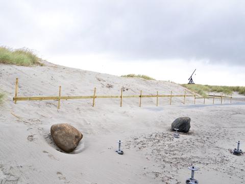 Anklagemyndigheden har tiltalt to mænd på 39 og 61 år for groft hærværk og for at have overtrådt flere bestemmelser i Naturbeskyttelsesloven ved i 2019 at have ødelagt en fredet klit ved Skagen Sønderstrand.