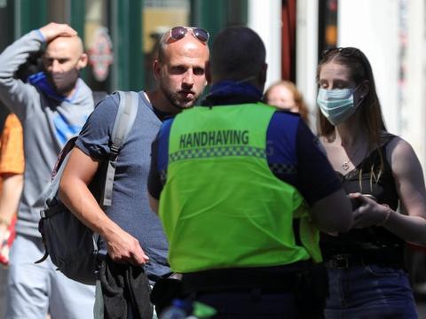 Politiet var onsdag på gaden i Amsterdam for at advare folk om, at ansigtsmasker er blevet obligatoriske i særlige områder. Det gælder blandt andet det berømte Red Light District.