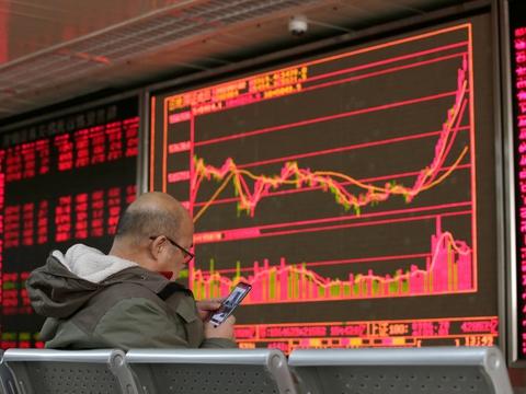I Shanghai åbnede aktiemarkedet mandag med store kursfald. Det er første handelsdag efter fejringen af det kinesiske nytår, og efter at et udbrud af et nyt coronavirus har sat dele af samfundet i stå. (Arkivfoto).