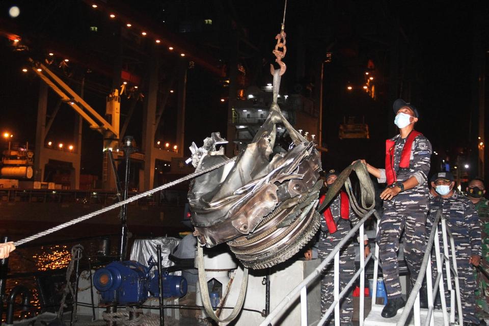 Indonesiske dykkere har fundet en turbine fra et fly, der styrtede ned, få minutter efter at det lettede lørdag.