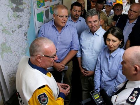 Australiens premierminister, Scott Morrison (til venstre), ses her under orientering fra brandvæsenet i delstaten New South Wales i begyndelsen af november, hvor de voldsomme brande i landet for alvor begyndte at tage til.