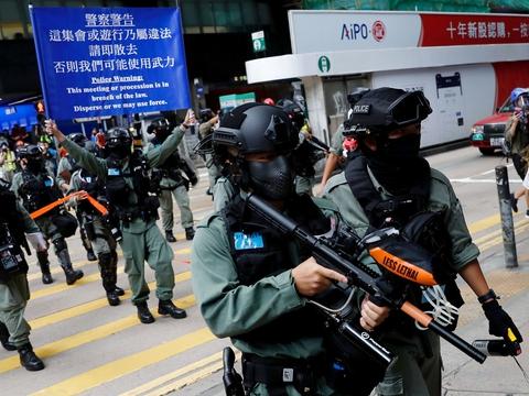 Politiet står vagt, mens lov om nationalsang afventer andenbehandling i Hongkong. (Foto: Tyrone Siu/Reuters/Ritzau Scanpix)