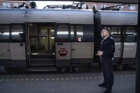 Den danske jernbane er i dårlig stand, og derfor fravælger rejsende den transportmulighed, lyder det fra Transportministeriet. (Arkivfoto)