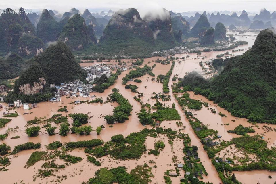 I den sydlige kinesiske region Guangxi Zhuang meldes seks personer dræbt og en savnet efter voldsomme oversvømmelser de seneste dage. I flere andre regioner er der også dræbte.