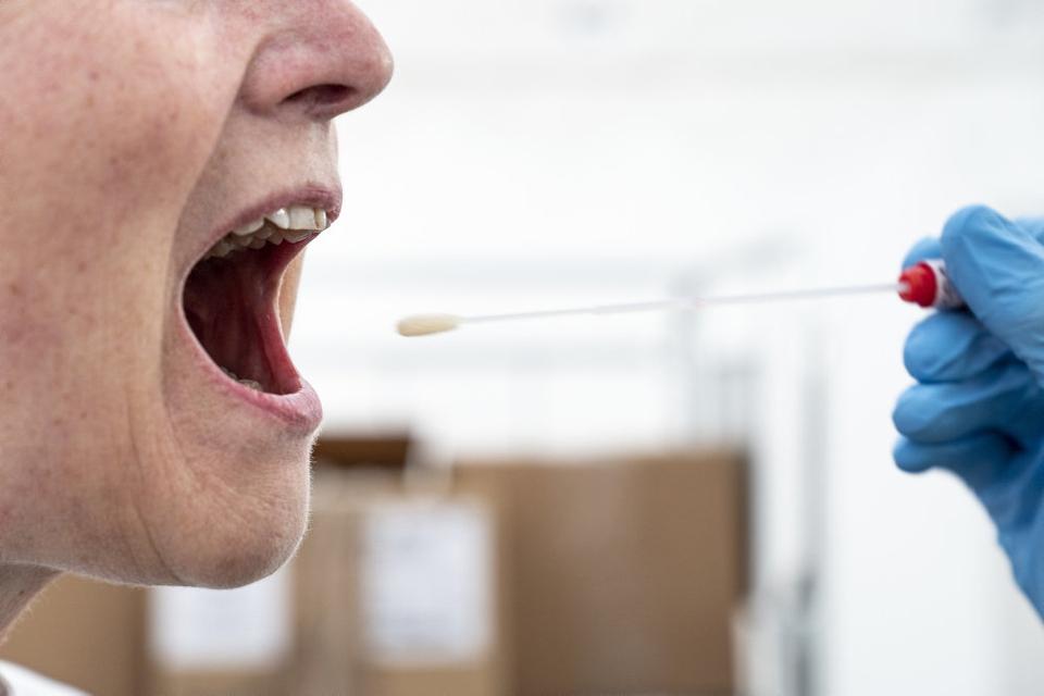 Siden mandag er 243 mennesker blevet testet positive for covid-19. Professor i virologi Søren Riis Paludan mener, det kan tage et par uger, før de nye restriktioner, der er blevet indført i 18 kommuner, afspejles i smittetallet. (Arkivfoto)