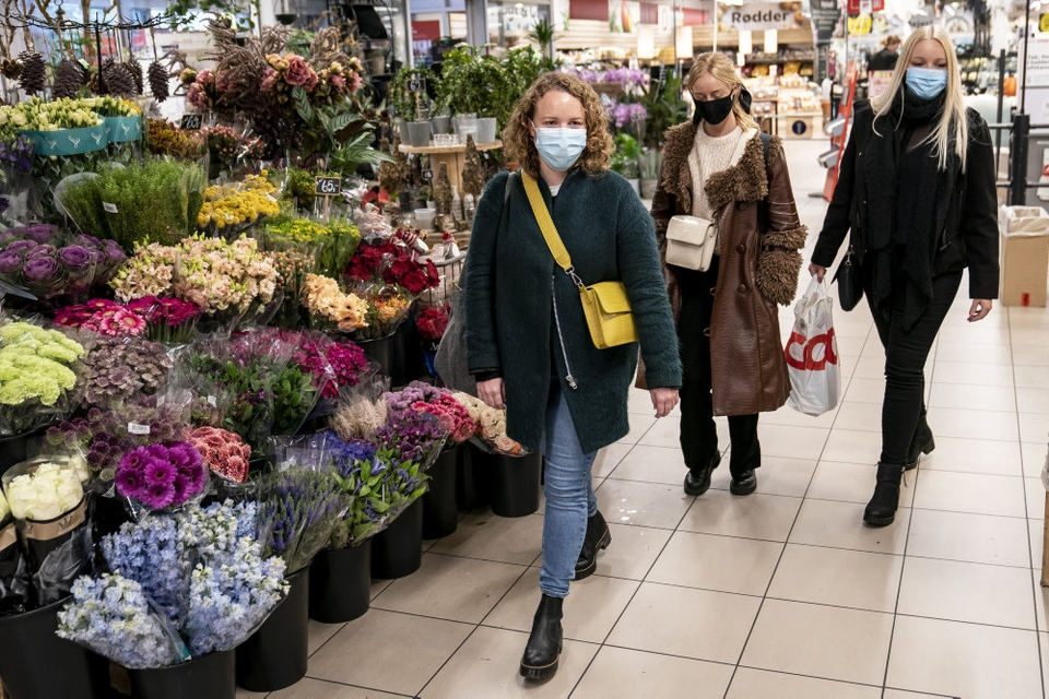 Tilde, Pernille, Nanna og Dorthe køber ind med mundbind på i SuperBrugsen Trekroner i Roskilde (arkivfoto).