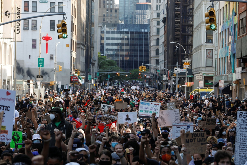 New York City har længe været USA's hårdt ramte by med coronavirus. Nu flyder byens gader med protester mod politivold efter George Floyds død.