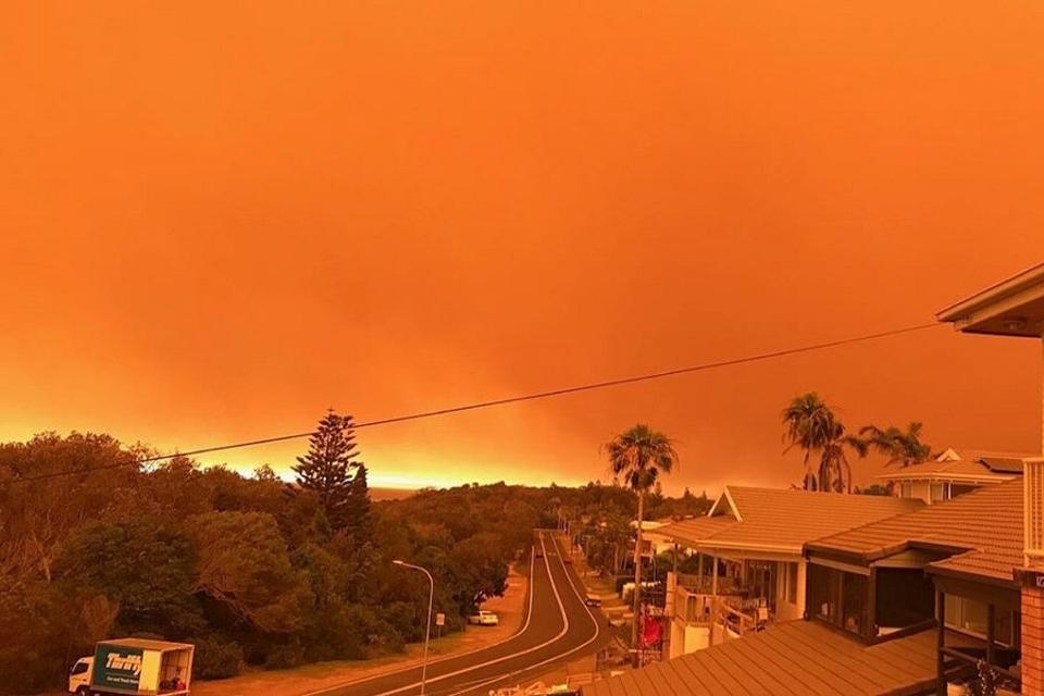 I november sidste år så himlen orange ud over kystbyen Port Macquarie i delstaten New South Wales nord for Sydney på grund af de mange brande.