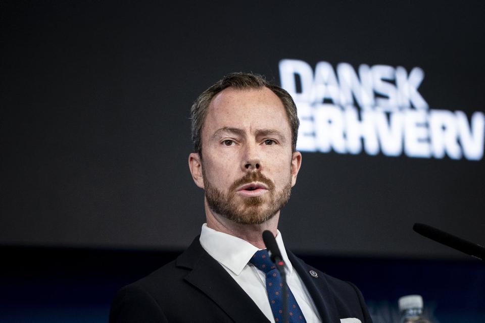 Jakob Ellemann-Jensen, Venstres formand, vil i hvert fald frem til 3. oktober være sygemeldt. Det sker, fordi han skal opereres for to diskusprolapser i nakken. (Arkivfoto).