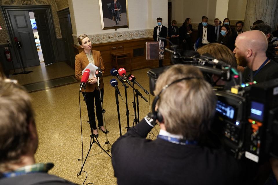 Statsminister Mette Frederiksen (S) siger tirsdag, at regeringen holder fast i sin kurs og ønsker at hjælpe 19 danske børn i den syriske flygtningelejr al-Hol, men uden at det inkluderer en hjemtagelse af børnene. (Arkivfoto)