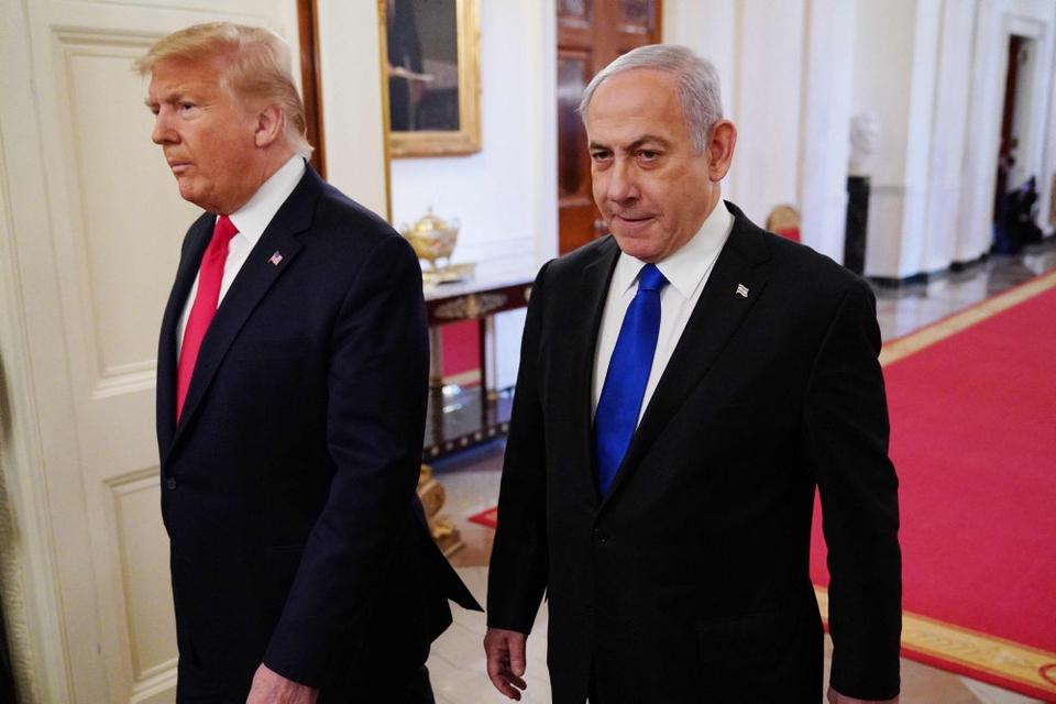 Den amerikanske præsident, Donald Trump (til venstre), og Israels premierminister, Benjamin Netanyahu (til højre), ankommer her sammen forud for offentliggørelsen af en fredsplan.