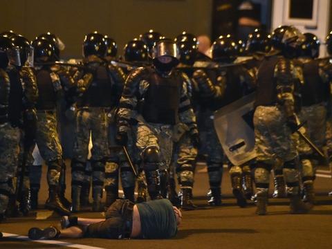 Det var voldsomme scener, der udspillede sig søndag aften, efter at præsident Aleksandr Lukasjenko blev udråbt som vinder efter valget i Hviderusland.