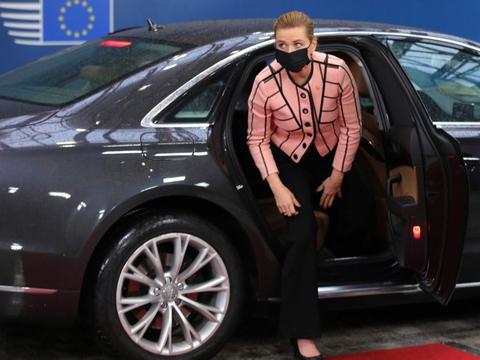 Statsministeren deltog i oktober i et EU-topmøde i Bruxelles. Da hun torsdag ankom til et nyt topmøde sagde hun, at mødet ikke burde være afholdt - det burde være et videomøde på grund af corona.