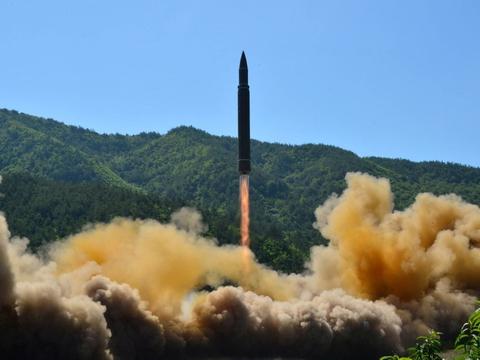 Et udateret billede fra en test af et interkontinentalt ballistisk missil i Nordkorea. Ifølge en ny FN-rapport er landet formentlig lykkedes med at udvikle små atomsprænghoveder, der kan monteres på missiler som disse. (Arkivfoto)