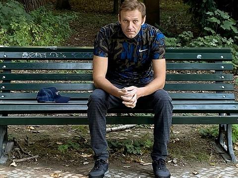 Her ses Navalnyj på en bænk i Berlin på et billede offentliggjort 23. september efter det, som ifølge tyske myndigheder var en forgiftning.