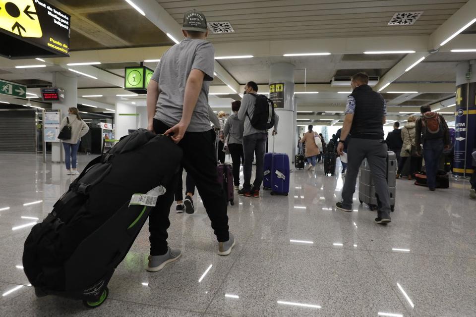 Turister i lufthavnen på Mallorca. Lørdag lettede 60 fly med kurs mod den spanske ferieøs hovedstad, Palma, fra Tyskland. Søndag var 70 flyvninger fra Tyskland med samme destination planlagt