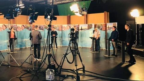 Billede fra den afsluttende partilederrunde på statsmediet KNR forud for aprilvalget på Grønland
