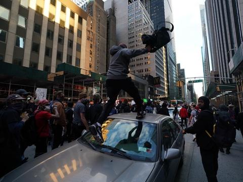 Reakionerne har været stærke, efter at en sort mand døde i forbindelse med en brutal anholdelse i Minneapolis. I New York har borgmester Bill de Blasio nu indført udgangsforbud for at bremse urolighederne.