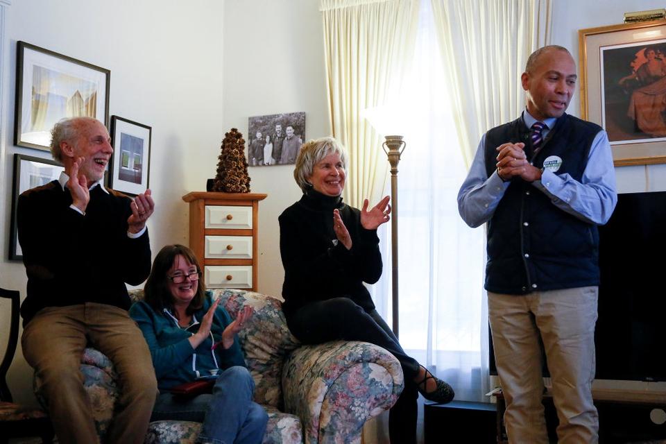 Deval Patrick (t.h.), der her taler ved et privat vælgermøde i New Hampshire i sidste måned, har opgivet drømmen om at blive USA's næste præsident, i hvert fald i denne omgang.