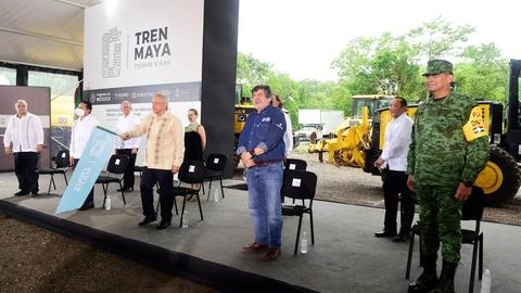 Mexicos præsident, Andres Manuel Lopez Obrador (med flaget i hånden), oplyste mandag under et besøg i delstaten Quintana Roo, at turistbranchen i næste uge genåbner.