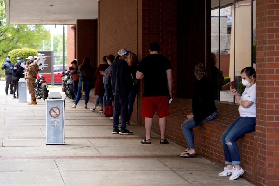 Arbejdsløsheden i USA ventes at toppe i løbet af tredje kvartal med 15,8 procent. Det skønner Kongressens budgetkontor, CBO, i en ny prognose. Arkivfotoet er fra et jobcenter i Fort Smith i Arkansas.
