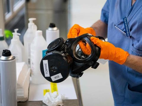 En maske rengøres og desinficeres på en intensivafdeling på Danderyd Hospital nær Stockholm. Den svenske sundhedssektor er under stigende pres for selvransagelse, efterhånden som der bliver offentliggjort flere detaljer om manglende beskyttelse af ældre under coronakrisen.
