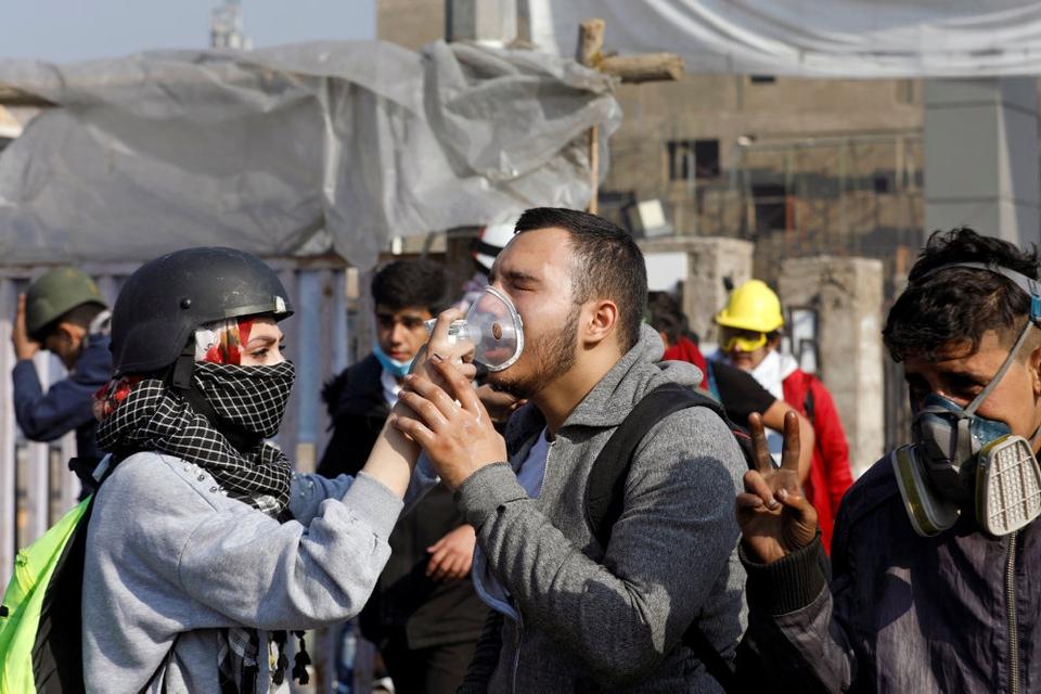 Demonstrationer mod Iraks regering er blusset op igen. Mandag var der i Bagdad og andre byer sammenstød mellem politi og demonstranter. Her får en demonstrant ramt af tåregas medicinsk hjælp.