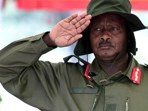 Ugandas præsident, Yoweri Museveni, vinder præsidentvalget med 59 procent af stemmerne. Det oplyser valgkommissionen lørdag ifølge Reuters.