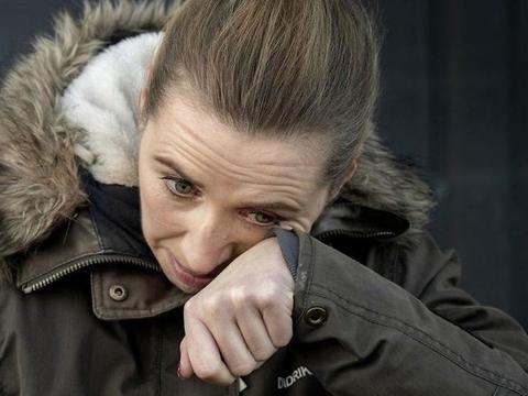 Mette Frederiksen tørrer en tåre væk fra kinden under et besøg hos en minkavler i torsdags.