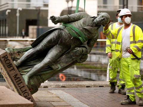 Plantageejeren og købmanden Robert Milligan (1746-1908) grundlagde Londons West India Docks, der udviklede sig til et knudepunkt for global handel i Storbritanniens tid som kolonimagt. Tirsdag blev statuen fjernet.
