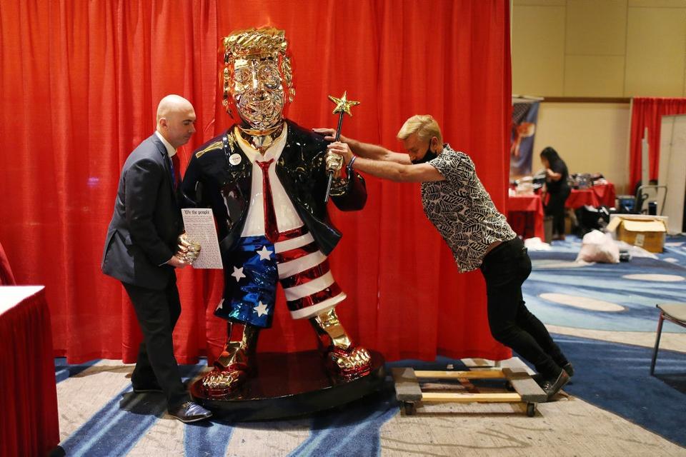 En forgyldt statue af den tidligere præsident Trump er en del af scenografien i forbindelse med en stor konservativ konference i Florida. Søndag eftermiddag lokal tid taler den tidligere præsident på konferencen.