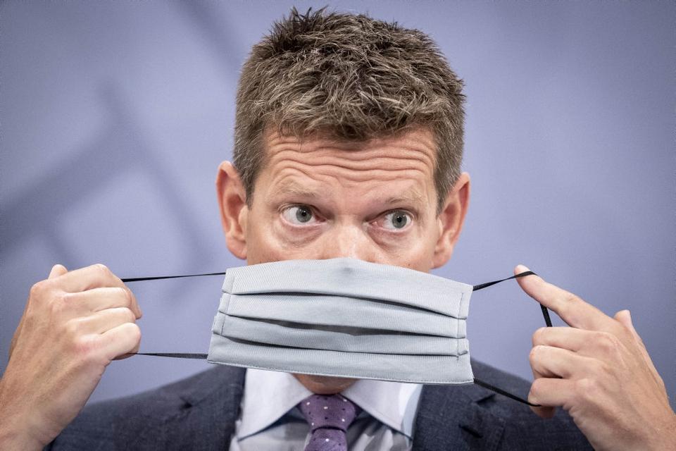 Sundhedsstyrelsens direktør, Søren Brostrøm, demonstrerer, hvordan man tager mundbind på under pressemøde om covid-19 i Statsministeriet i København, lørdag den 15. august 2020.