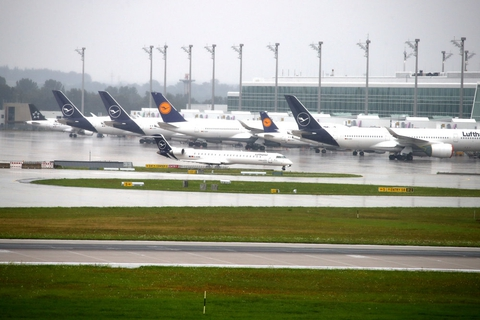 Lufthansa har haft markant færre indtægter i andet kvartal, hvor corona har påvirket selskabet. (Arkivfoto)