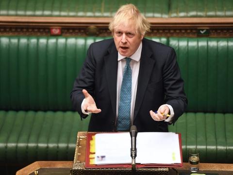"""Premierminister Boris Johnson er under pres for at oplyse mere om meget høje coronadødsfald på britiske plejehjem. """"Jeg vil ikke forsøge at foregive, at tallene, når de bliver endeligt bekræftet, ikke er voldsomme og meget, meget skræmmende. Dette har været en frygtelig pandemi"""", sagde han onsdag i parlamentet."""