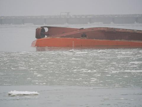 """Det danske skib """"Margrethe Fighter"""" kæntrede onsdag klokken 13.30 i Trelleborg Havn. Det er uvist, hvad der er årsagen til ulykken."""