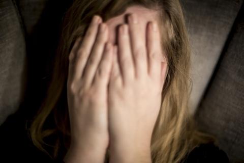 Det var pigens skole, der tog kontakt til politiet, da man fattede mistanke til, at pigen blev udsat for overgreb. Den formodede overgrebsmand tog livet af sig i arresten. Nu er pigens mor, en 47-årig kvinde, blevet idømt syv års fængsel for medvirken til overgrebene. (Modelfoto).