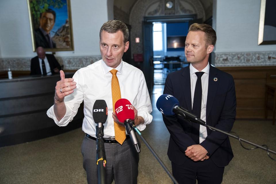 Justitsminister Nick Hækkerup (S) og udenrigsminister Jeppe Kofod (S) kunne torsdag fortælle, at der snart lempes for rejserestriktioner. (Foto: Martin Sylvest/Ritzau Scanpix)