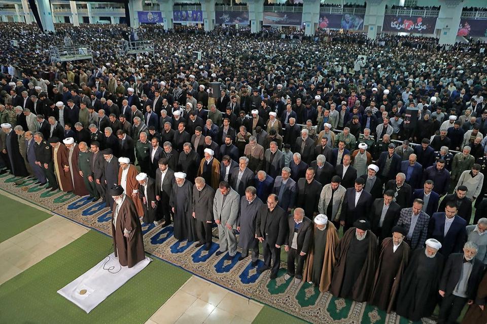 Irans øverste leder, ayatollah Ali Khamenei, ledte fredag fredagsbønnen i Mosalla-moskéen i Teheran. Det var første gang siden 2012, at ayatollahen stod i spidsen for fredagsbønnen.