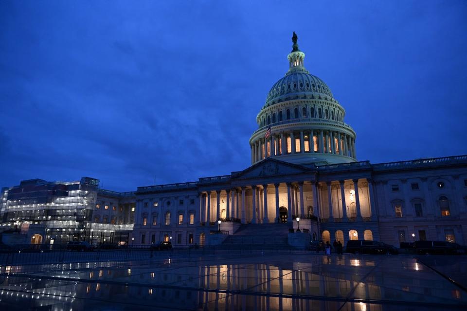 Rigsretssagen mod præsident Trump foregår i Senatet, hvor senatorerne fungerer som en slags nævningeting. Natten til lørdag dansk tid rundede Demokraterne åbningsargumentet mod Trump af.