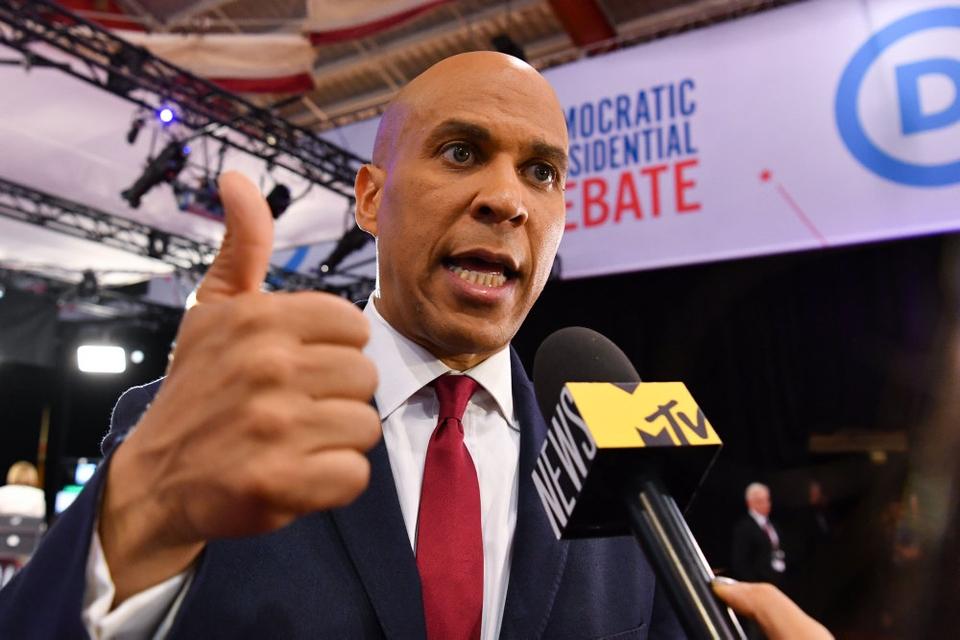 Den demokratiske præsidentkandidat Cory Booker har meddelt, at han trækker sig ud af kampen om at blive nomineret til præsidentposten forud for valget i november.