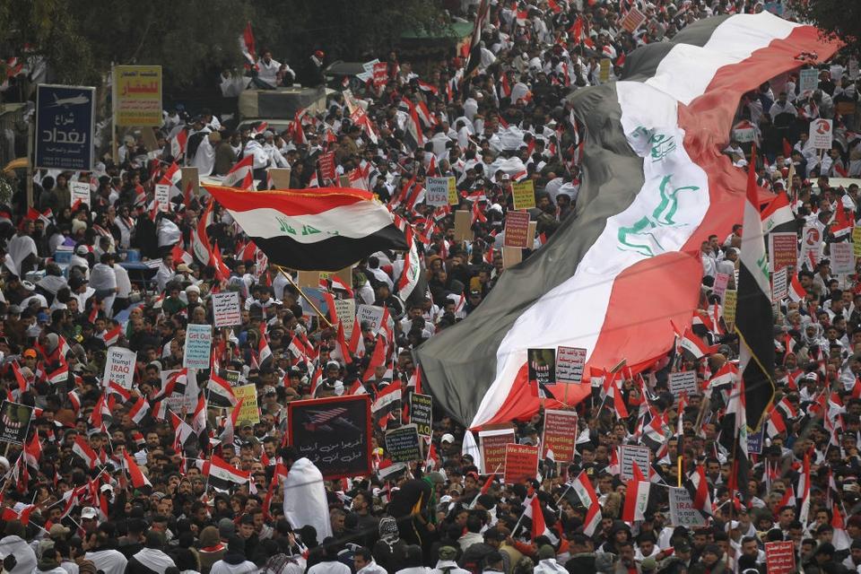 Tusinder er fredag på gaden i Bagdad for at protestere mod USA og landets regering. Den magtfulde shiamuslimske leder Moqtada al-Sadr har givet udtryk for, at en million mennesker måske vil  møde op i løbet af fredagen og støtte hans krav om, at USA må forlade Irak.