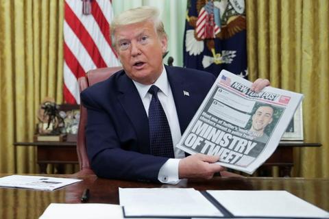 Torsdag eftermiddag lokal tid underskrev Donald Trump et præsidentielt dekret, der har til mål at revidere en lov, som gør, at sociale medier ikke er juridisk ansvarlige for brugeres opslag.