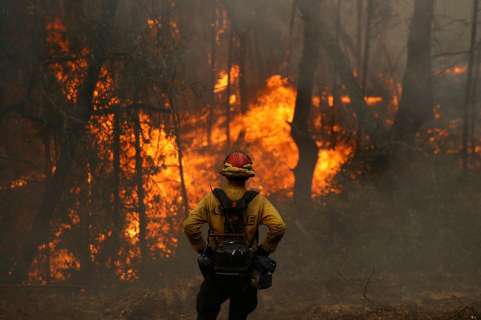 En brandmand overvåger en skovbrand i Californien i oktober. Ifølge FN er klimaforandringer skyld i, at naturkatastrofer som skovbrande, oversvømmelser og tørke er næste fordoblet på 20 år.